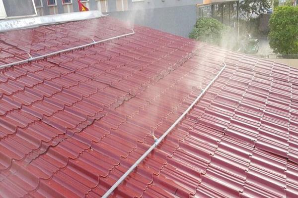 Sử dụng hệ thống nước phun sương hạ nhiệt trên mái tôn nhà biệt thự