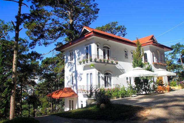 Mẫu biệt thự mái thái 3 tầng trên đồi đẹp 1
