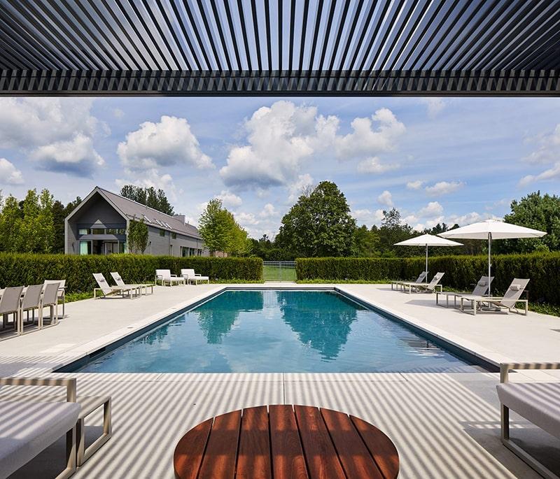 Mẫu thiết kế biệt thự vườn 1 tầng với bể bơi trong sân